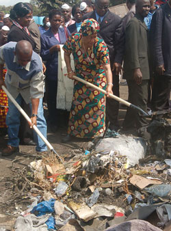 President Ellen Johnson Sirleaf and Labor Minister Samuel Kofi Woods officially launch a garbage removal exercise in Soniewhien.