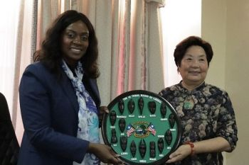 First Lady presenting Liberian artwork to Henan Ruimei Hair Company Chiarman Zhang Xihe at a farewell ceremony