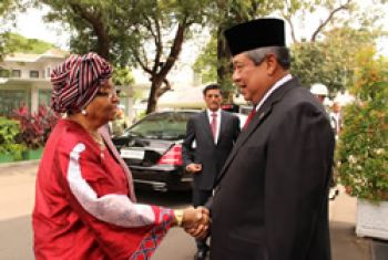 Indonesian President Dr. Susilo Bambang Yudhoyono receives President Sirleaf at the Presidential Palace in Jakarta.