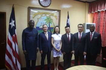 President George Weah  - Amb. McKinley Thomas in a photo with Visiting Chinese delegation fro Shangyou Wood Industries