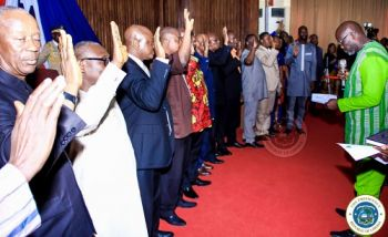 President Weah administers oath of office to the Census 2019 Commissioners.