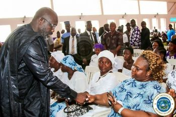President Weah consoles family of fallen Deputy Defense Minister Ernest Varfee at the funeral