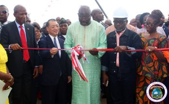 President Weah cutting the ribbon dedication Phase I of the Somalia Drive Road.