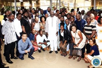 President Weah poses  with Liberians from the Diaspora
