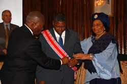President Sirleaf honors Robert Johnson.