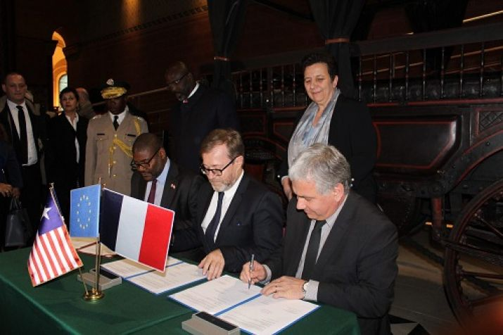 Foreign Minister Gbehzohngar Findley joined by University authorities during the MOU signing ceremony