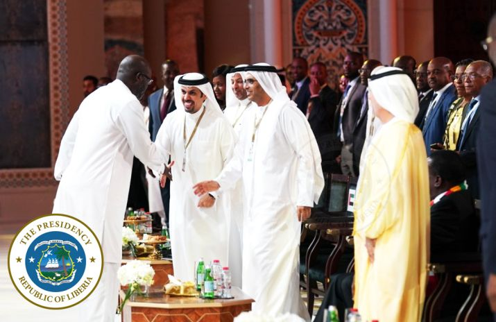 President Weah shakes hands with organizers of the Global Business Forum Africa 2019 including the Minister of Dubai Chamber of Commerce and Industry